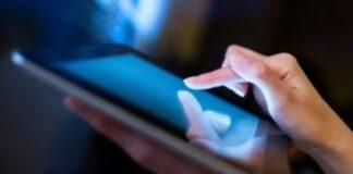 Αυξημένος ο κίνδυνος καρκίνου του εντέρου από το τεχνητό μπλε φως των ηλεκτρονικών συσκευών