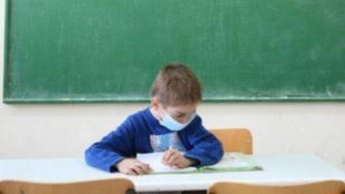 Με μάσκες και σε τάξεις με μικρότερο αριθμό μαθητών η επιστροφή στα σχολεία στην Ευρώπη