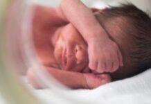 Γεννήθηκε το πρώτο μωρό με εξωσωματική από γυναίκα με παραγωγή ενός μόνο ωαρίου