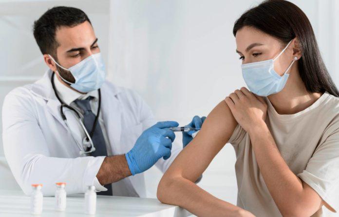 BioNTech: Αν καθυστερήσει η 2η δόση δεν είναι εγγυημένη η αποτελεσματικότητα του εμβολίου